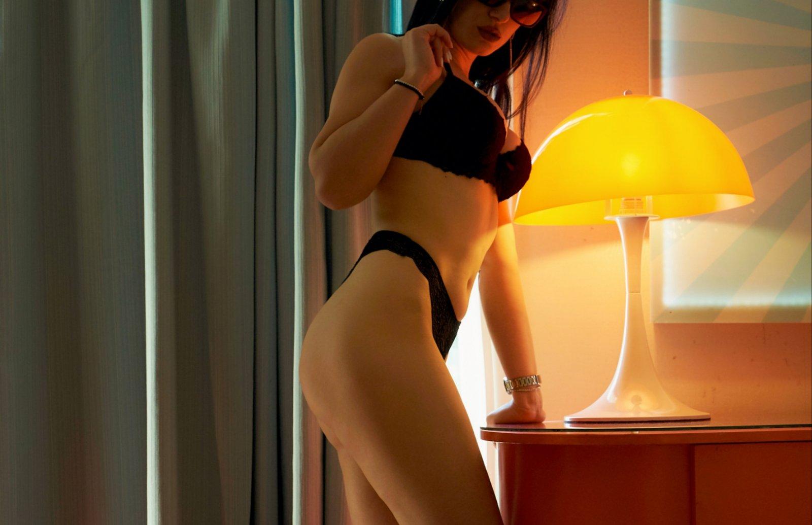 παιχνιδιάρικο κορίτσι με ωραίο φυσικό στήθος!